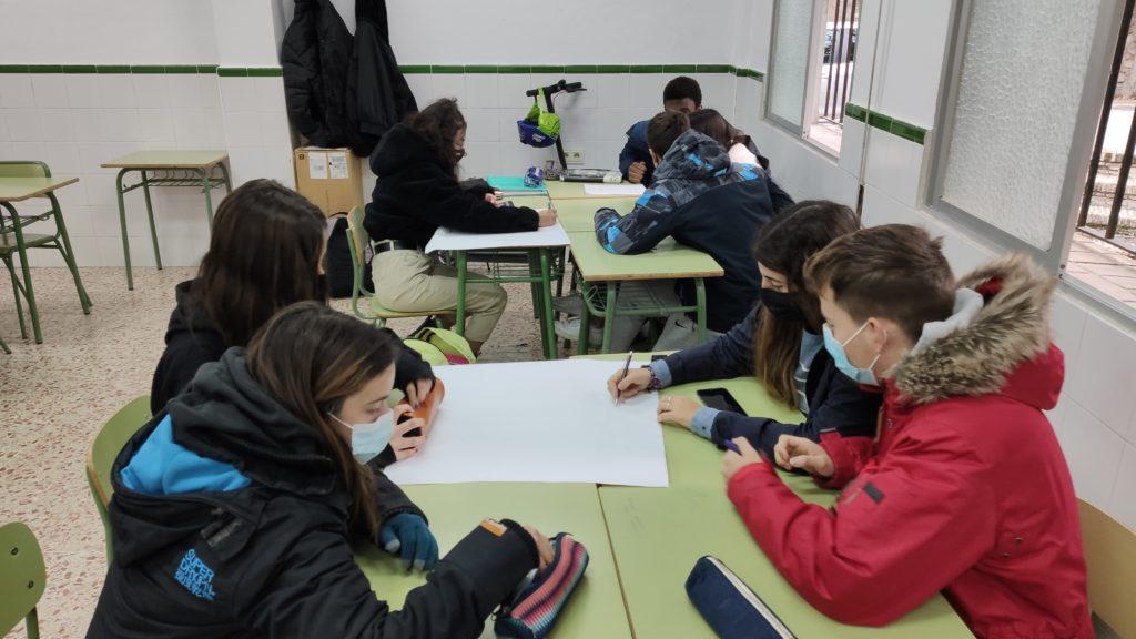 Alumnos de Bachillerato realizando un proyecto